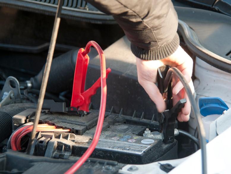 Xe ô tô hết điện ắc quy